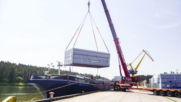 Verladung Schwergut Mobilkran Binnenschiff bayernhafen Roth