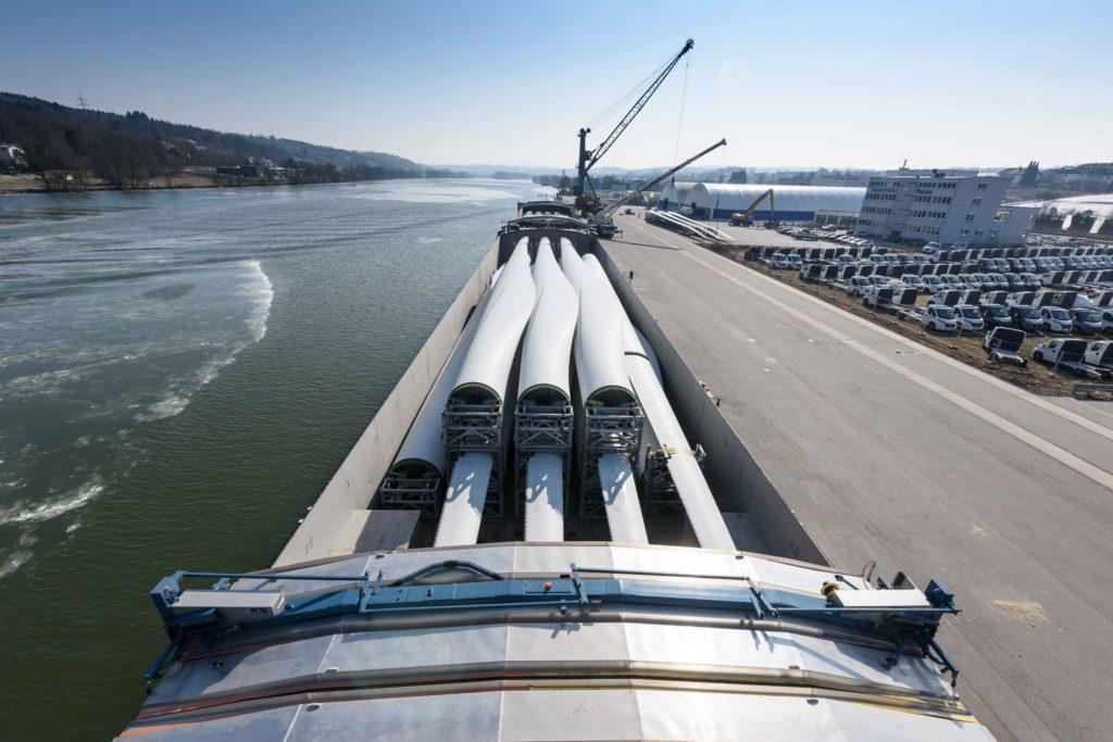 Verladung von 60m Windflügeln aufs Binnenschiff im bayernhafen Passau