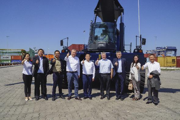 Delegation Chengdu im bayernhafen Nürnberg vor Reachstacker