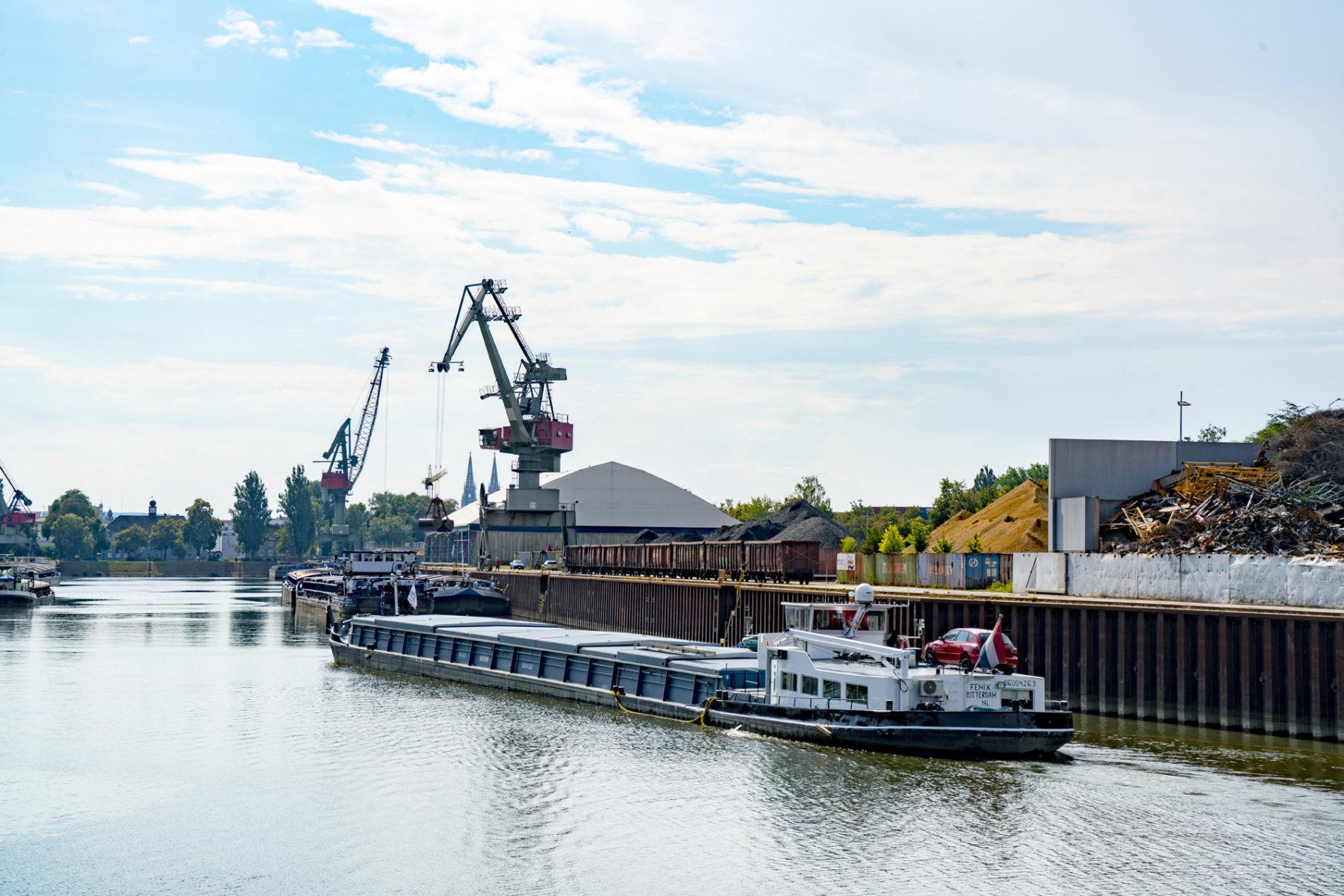 Einfahrt Binnenschiff Motorgüterschiff Hafenbecken Westhafen bayernhafen Regensburg