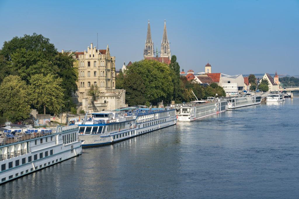 Flusskreuzfahrtschiffe an der Donaulände Regensburg