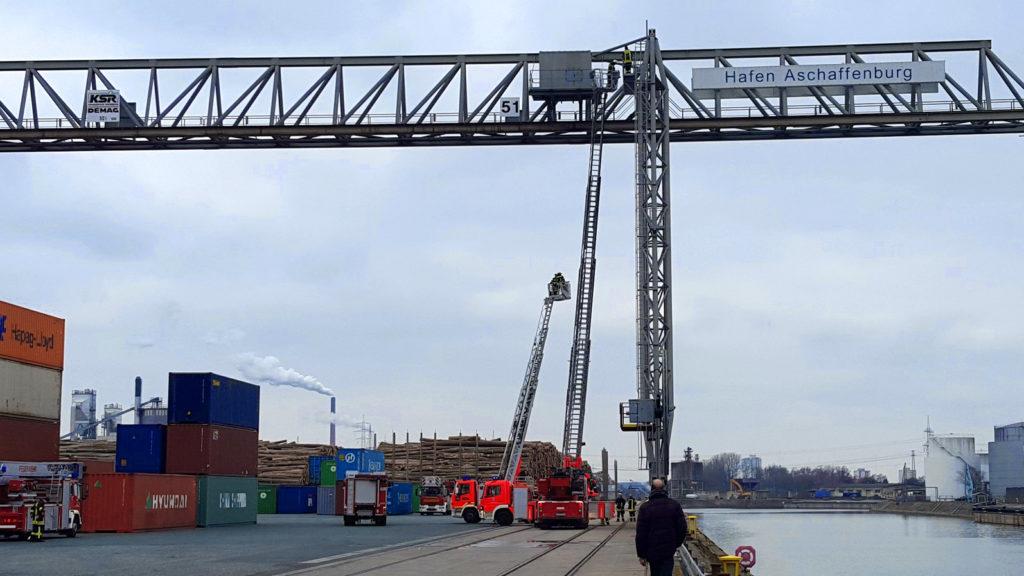 Kranbrücke Feuerwehr Übung bayernhafen Aschaffenburg