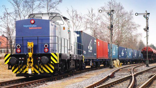 Lokomotive mit Conatiner-Zug im bayernhafen Aschaffenburg