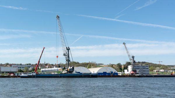 Umschlag mit zwei Kränen im bayernhafen Passau