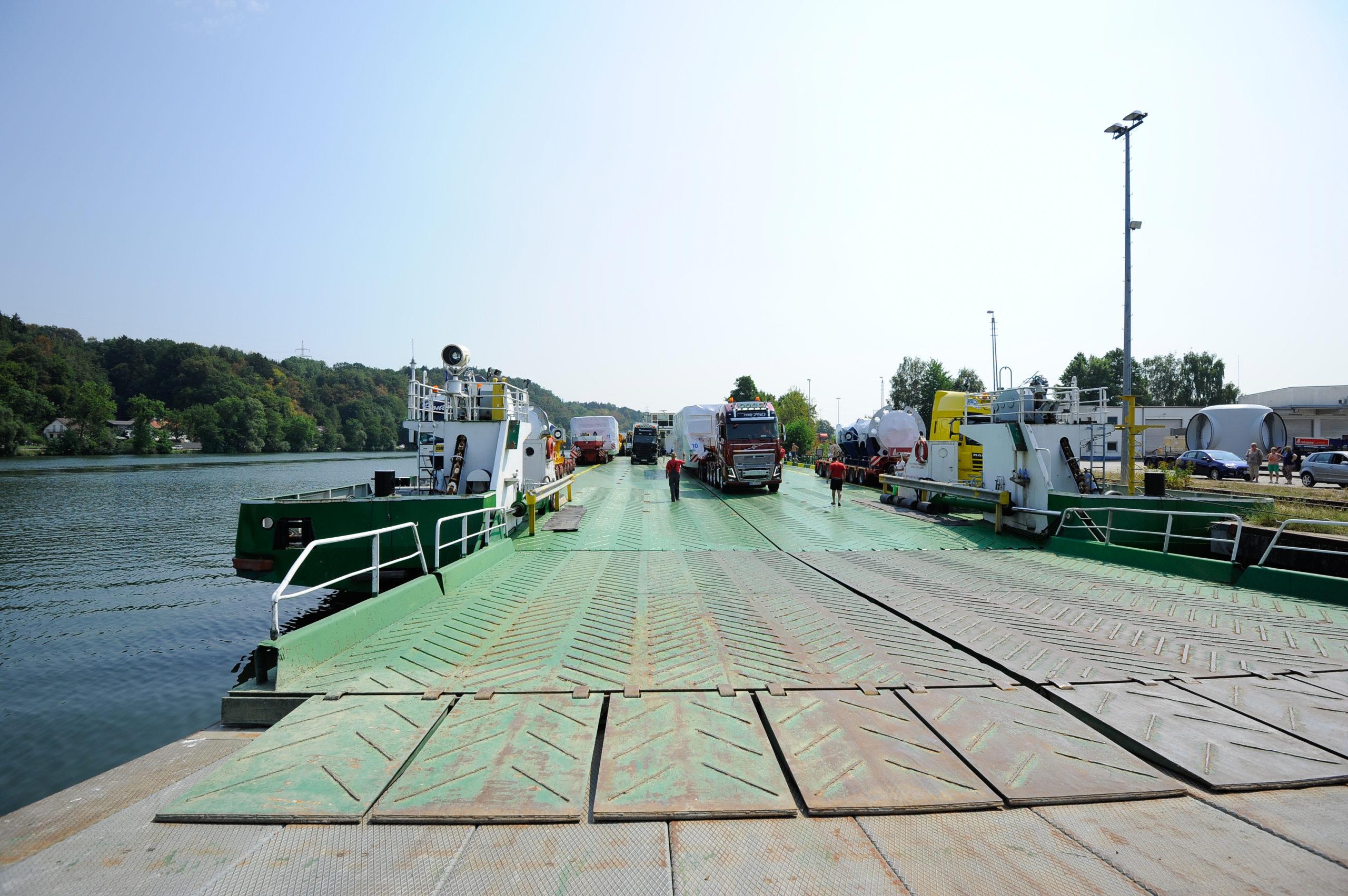 RoRo-Verladung von LKWs auf ein RoRo-Schiff