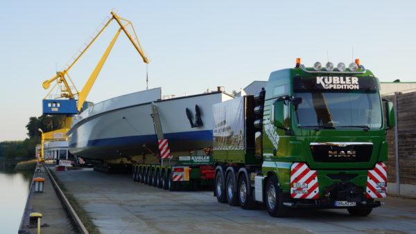 Verladung Schiffsrumpf Schwergut bayernhafen Roth