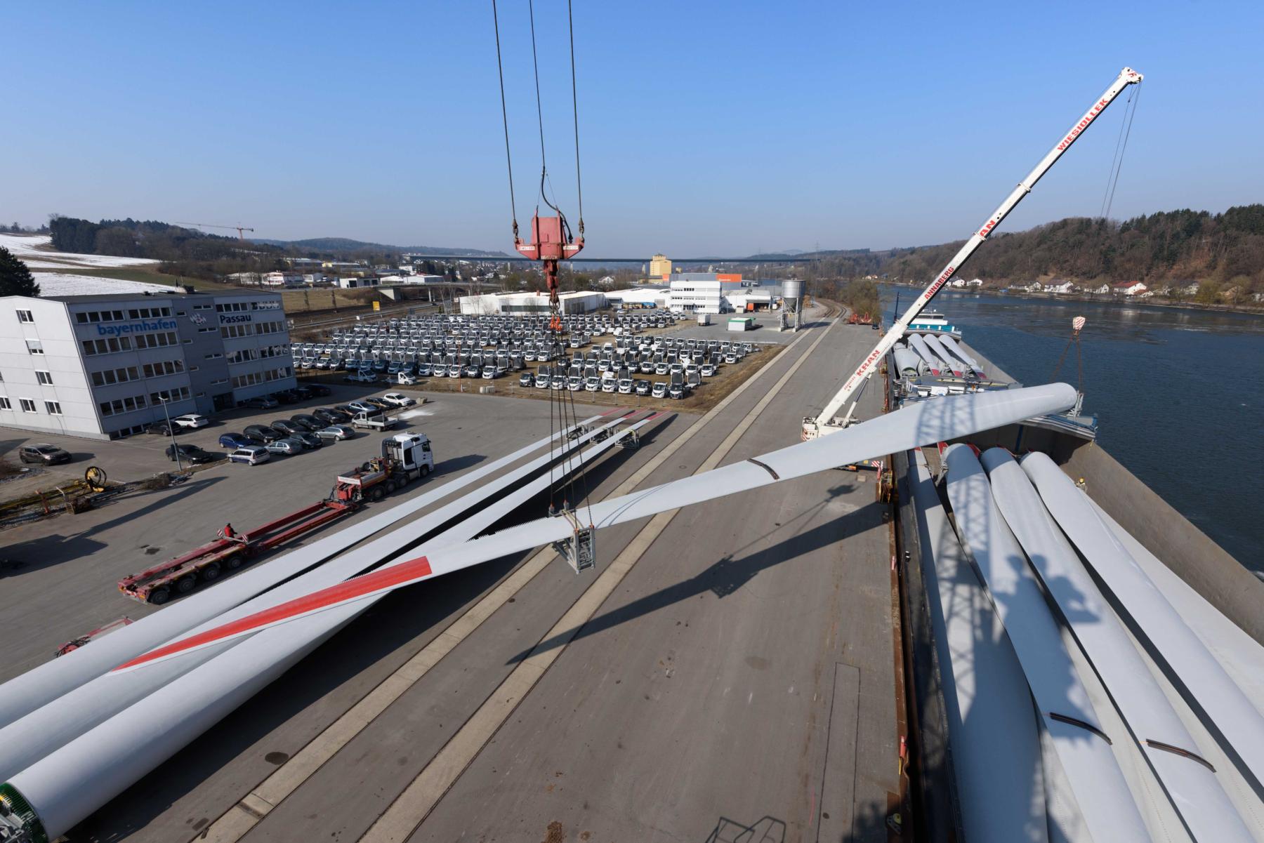 Windkraftflügel Schwergut Umschlag bayernhafen Passau