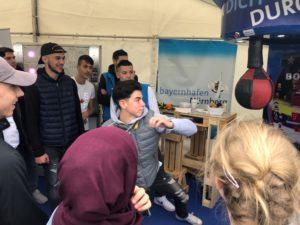 Jobmesse Jobport 2019 bayernhafen Nürnberg, Jugendlicher schlägt Boxsack
