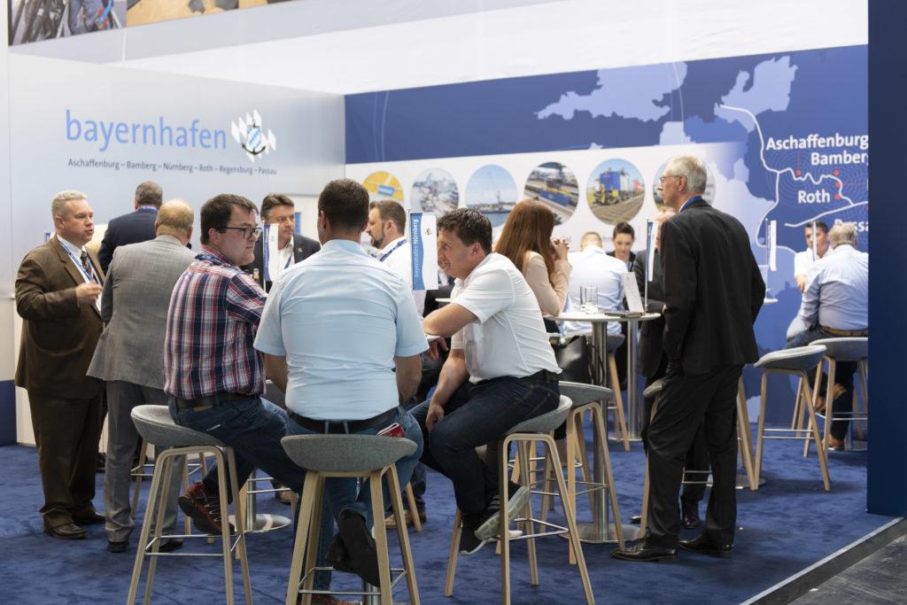 Gespräche am Messestand von bayernhafen transport logistic 2019
