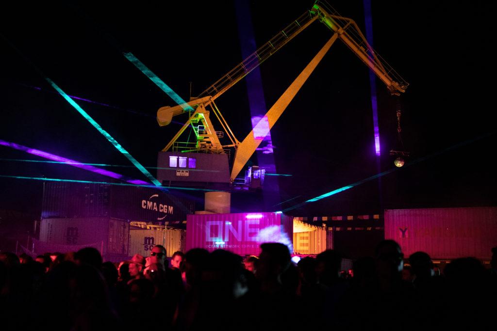 Portalkran im Laserlicht - Container Love