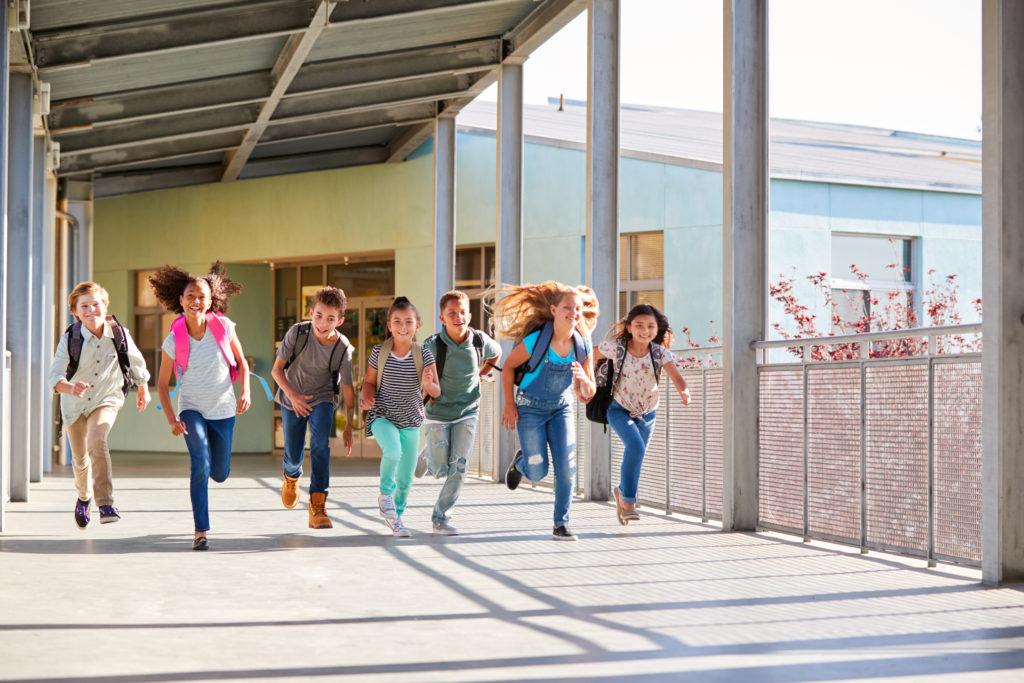Laufende Kinder im Grundschulalter
