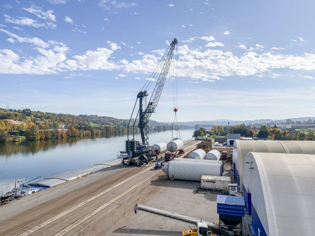 Schwerlast Umschlag Biertanks bayernhafen Passau LHM420 Liebherr