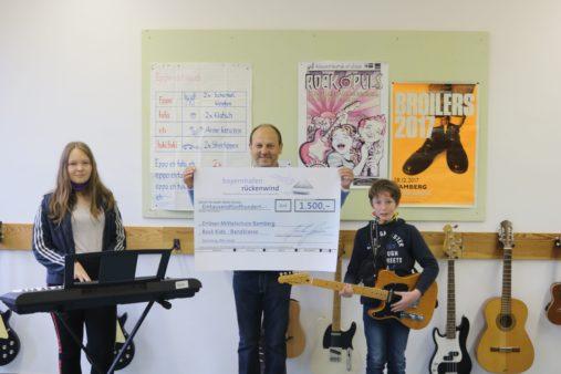Spendenübergabe an die Erlöser-Mittelschule Bamberg: Schulleiter Eugen Kügler (Mitte) mit Mitgliedern der Rock Kids – Bandklasse (Bildquelle: Erlöser-Mittelschule Bamberg)