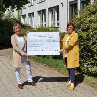 Spendenübergabe an die Grundschule Hohes Kreuz: Schulleiterin Karin Förster (links) und Birgit Sommerer-Oel, die Vorsitzende des Fördervereins der Grundschule (Bildquelle: Grundschule Hohes Kreuz)