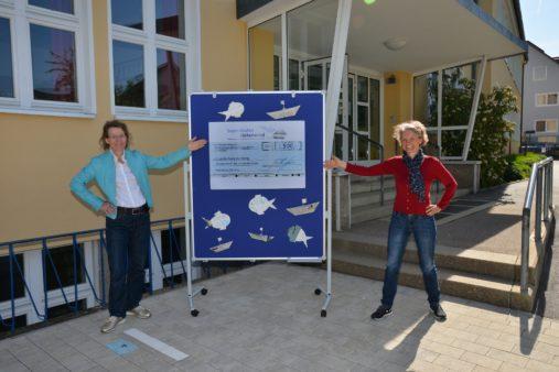 Spendenübergabe an die Grundschule Keilberg: Susanne Bauer, die Vorsitzende des Fördervereins der Grundschule (links) und Schulleiterin Martina Käs (Bildquelle: Grundschule Keilberg / Heyder)