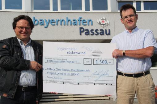 Spendenübergabe an den Rotary Club Passau-Dreiflüssestadt: Club-Präsident Frank Stelling (rechts) und Projektinitiator Dominik Metzler (links) (Bildquelle: Rotary Club Passau-Dreiflüssestadt)