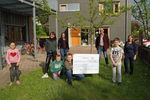 Spendenübergabe an die evang.- luth. Kirchengemeinde Katzwang für den Kinder- und Jugendtreff WH13 mit Pfarrer Joachim Nötzig (3. v. r.) (Bildquelle: bayernhafen Nürnberg)