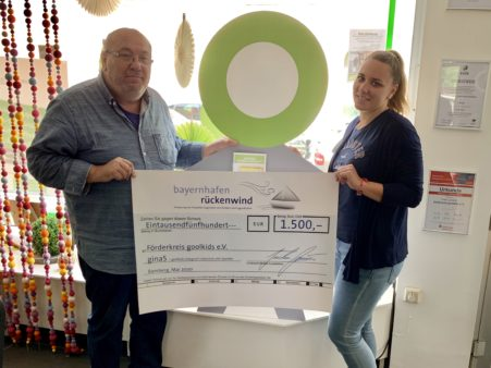 Spendenübergabe an den Förderkreis goolkids e.V.: Projektleiter Robert Bartsch (links) und Projektleiterin ginaS Laura Stelzer (Bildquelle: Förderkreis goolkids e.V.)