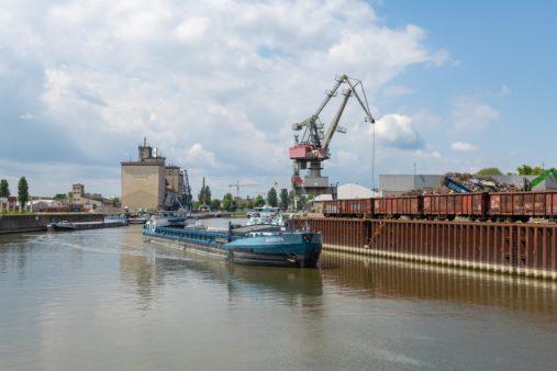 Binnenschiff fährt im bayernhafen Regensburg