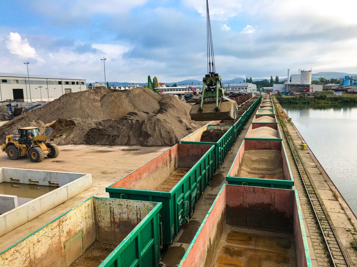 Blasius Schuster- Umschlag von Erden auf Güterwaggons im bayernhafen Aschaffenburg