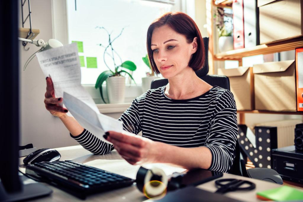 Frau arbeitet am Computer bayernhafen