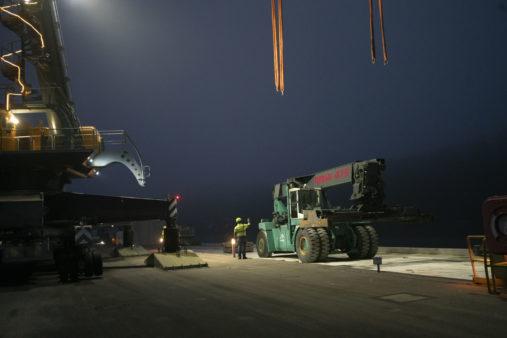 Vorbereitungen für Umschlag Ferrari-Reachstacker an Land