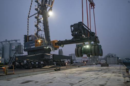 Reachstacker am Haken des Hafenmobilkrans im bayernhafen Passau