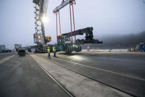 Reachstacker wird an Land abgestellt nach erfolgreichem Hub an Land