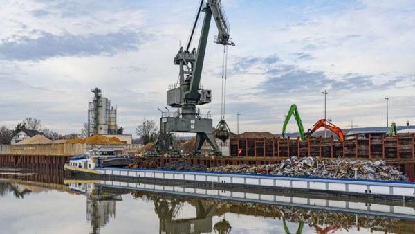 Umschlag von Metallschrott ins Binnenschiff mittels Hafenkran | bayernhafen Aschaffenburg