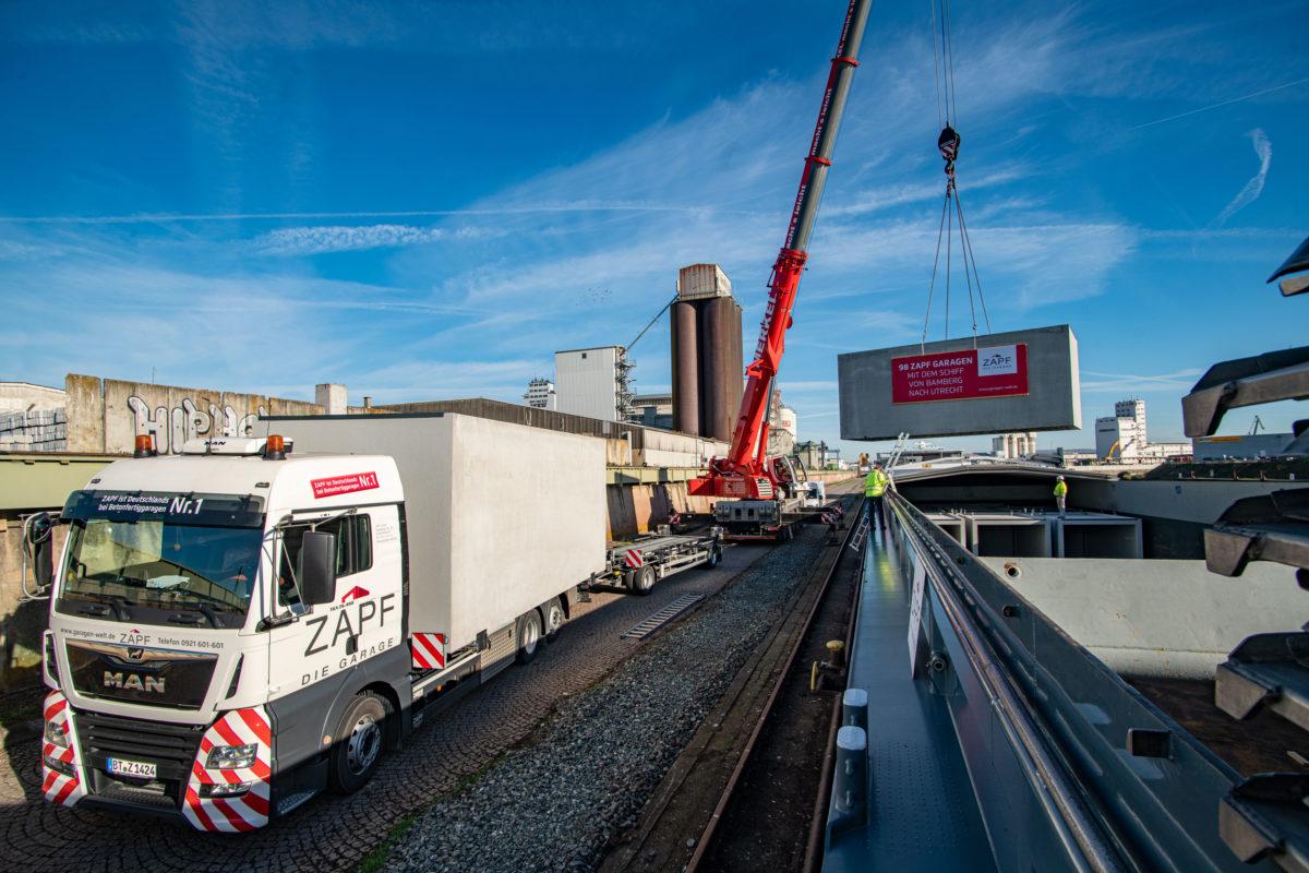 Verladung von Beton-Fertiggaragen vom LKW aufs Binnenschiff im bayernhafen Bamberg