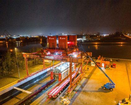 Nächtliche Verladung eines Trafos am Litzenhubsystem im bayernhafen Nürnberg