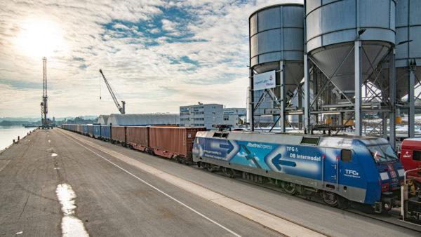 Containerzug am Kai im bayernhafen Passau