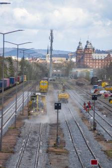 Hafenbahnhof Aschaffenburg mit Blick Schloss - Gleisstopfzug