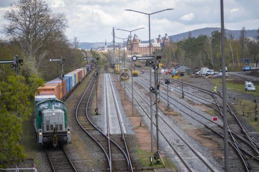 Hafenbahnhof Aschaffenburg - links Containerzug, rechts Bauarbeiten mit Gleisstopfzug