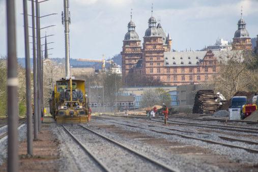 Hafenbahnhof Aschaffenburg mit Blick Schloss - Gleisstopfzug im Vordergrund