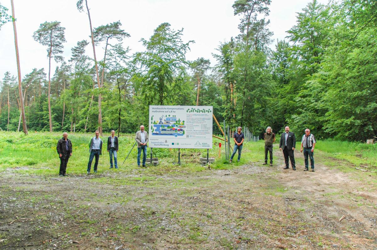 Gruppenbild vor Aufforstung im Hübnerwald Stockstadt
